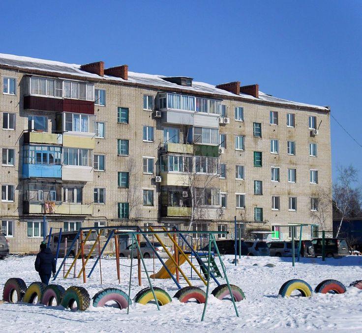 Предлагается к продаже 1-комнатная квартира в п. Приамурский (10 км от г. Хабаровск)   Квартира общей площадью 29 кв. м (комната 18 кв. м, кухня 6 кв. м),  расположена на 2 этаже 5-этажного кирпичного дома. В комнате имеется балкон (застеклен). Санузел совмещенный – пол и стены отделаны кафелем, установлена душ-кабина. В кухне установлен счетчик на газ. Благоустроенный двор с детской площадкой.  В шаговой доступности вся необходимая инфраструктура: школа, поликлиника, детский сад, магазины…