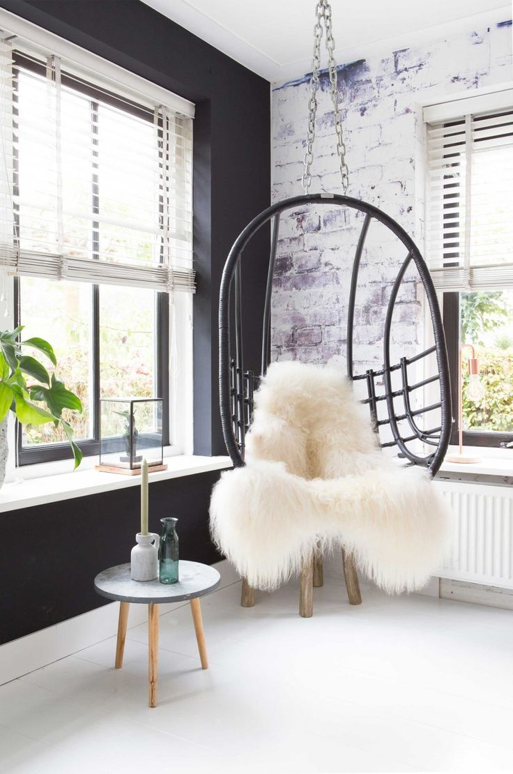 hoek met hangstoel | hanging chair | vtwonen 01-2017 | Fotografie en styling Romy van Leeuwen | Tekst Jan Willen Papo