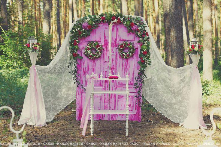 Церемониальную арку заменила винтажная малиновая дверь, декорированная вручную. Всю ее украсили цветами и ажурными шторами.
