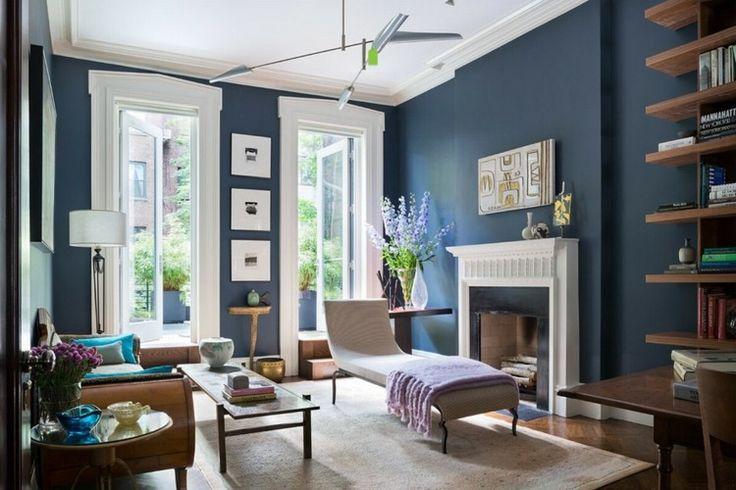 Helles Wohnzimmer mit dunklen taubenblauen Wänden und Holzmöbeln
