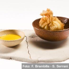 Uovo croccante di Marans su letto di cardoncelli selvatici delle Murge e salsa al Testun - Chef Igles Corelli