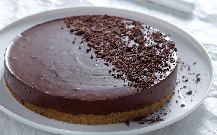 Δροσερή σοκολατένια αλλά και πολύ εύκολη τούρτα, που θα ξετρελάνει όλη την οικογένεια.