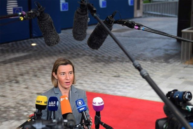 EU-landen richten gemeenschappelijk 'militair hoofdkwartier' op. De Europese Unie heeft maandag een 'militair hoofdkwartier' opgericht dat vanuit Brussel zal toezien op de militaire opleidingsmissies die onder Europese vlag worden uitgevoerd. De lidstaten willen echter niet gezegd hebben dat ze aan de vorming van een Europees leger werken.