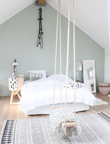 Un mur couleur pastel pour une jolie chambre sous les combles