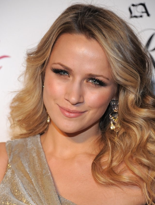Shantel VanSanten always has the BEST earrings. #OTH #Quinn