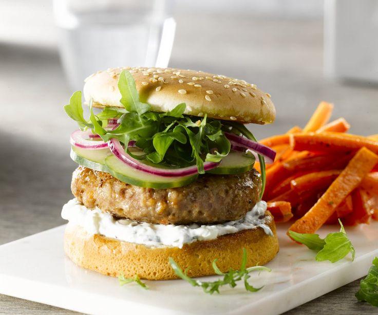 Harissaburger con carote fritte. Un classico hamburger è buonissimo, ma ci sono tante altre possibilità! Noi diamo l'hamburger classico un make-over mediorientale, con delizioso agnello tritato piccante e piccante harissa, una salsa di feta-yogurt e patatine fritte deliziosa radice sano con cumino. Davvero un hamburger delle mille e una notte!