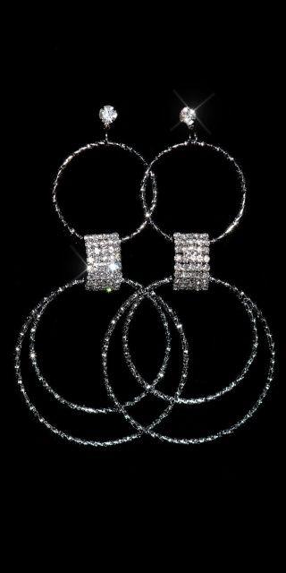 Kruhové naušnice, Barva zlatá   Dámské kruhové naušnice ve stříbrném nebo zlatém provedení, jedná se o bižuterii  420 Kč