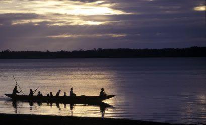 Pulang ke Desa saat senja hari, setelah seharian berburu ikan