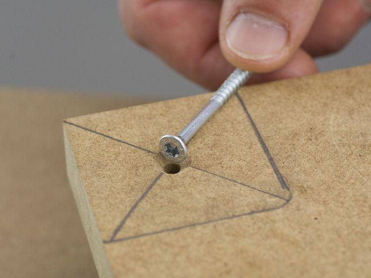 Executaţi găuri pregătitoare cu maşina de găurit şi burghiul pentru lemn de 4 mm prin centrele marcate, în placa suport şi adânciţi găurile, pentru ca ulterior capul şuruburilor să rămână ieşit în afară deasupra suprafeţei. Acum aliniaţi barele de legătură din nou în colţuri şi înşurubaţi-le prin placa suport cu şuruburile cu cap înecat de 3,5 x 40 mm.