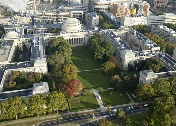 Massachussets Institute of Technology, uma das cinco melhores universidades do mundo. Fica na cidade de Cambridge (não confundir com a universidade de Cambridge, na Inglaterra), ligada a Boston, capital do estado de Massachussets, EUA. Aí trabalha o Steven Pinker.