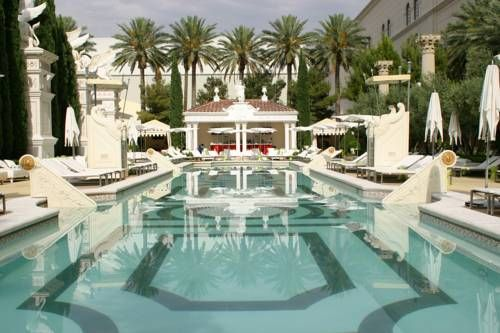 Caesars Palace - Situé sur le Strip de Las Vegas, l'hôtel et casino de luxe Ceasars Palace propose des restaurants de chefs célèbres, des boutiques, un spa haut de gamme, 7 piscines et des chambres avec télévision par câble à écran plat. Adresse Caesars Palace: 3570 Las Vegas Boulevard South NV 89109 Las Vegas (Nevada)