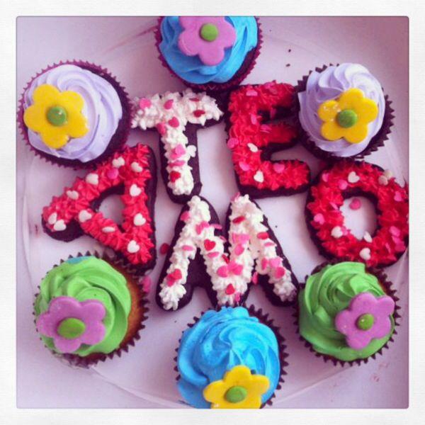 Cupcakes para los enamorados con flores en fondant y letras en brownie melcochudo. Un regalo espectacular! #SoSweet #cupcakes #cupcakefactory #cupcakesenbogotá #brownie #brownieEnbogotá #teamo Cupcakes en Bogotá. Brownies en Bogotá.