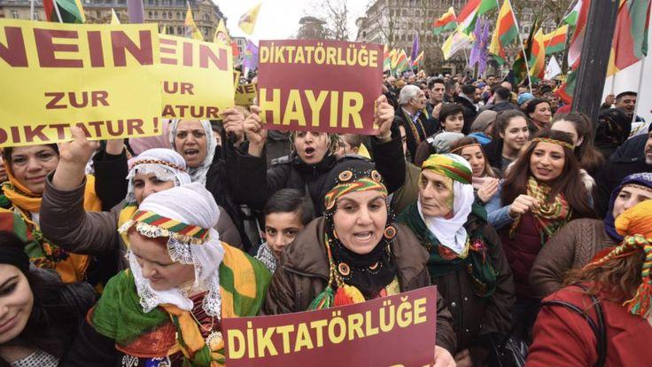 Kurdische Frauen zeigen Plakate gegen die Diktatur
