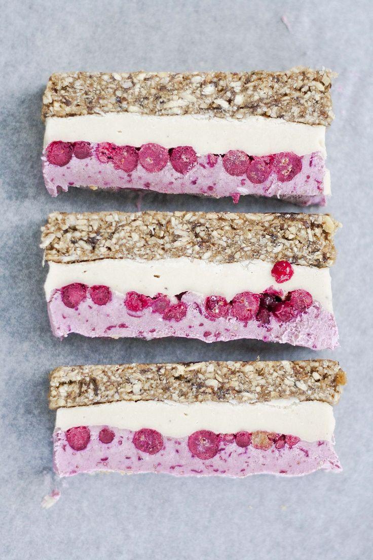 Lingonberry vanilla raw cake