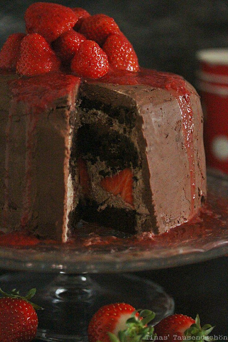SchokoFudge Erdbeer Torte - Schokoladen-Kakao-Kuchen mit wenig Mehl und zweierlei Schokoladen-Ganache, eine mit frischen Erdbeeren
