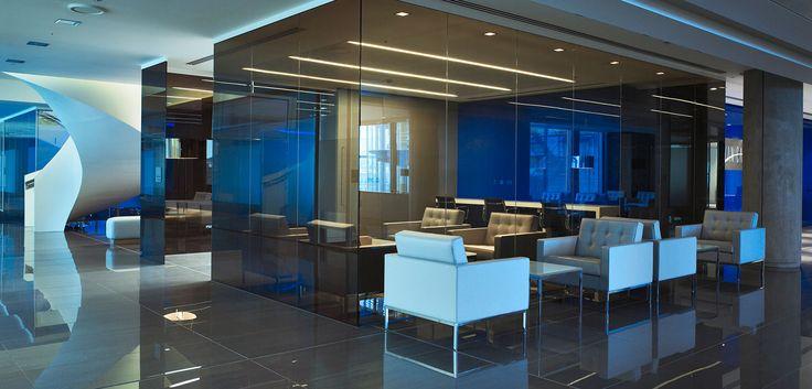 Täuschend echt - aber wir befinden uns nicht unter Wasser, sondern in gestylten Büro-Räumlichkeiten. Mehr Infos: http://www.werkzeugweber.de/beraten-planen-liefern/ #office #blue #water #style #officechair #company