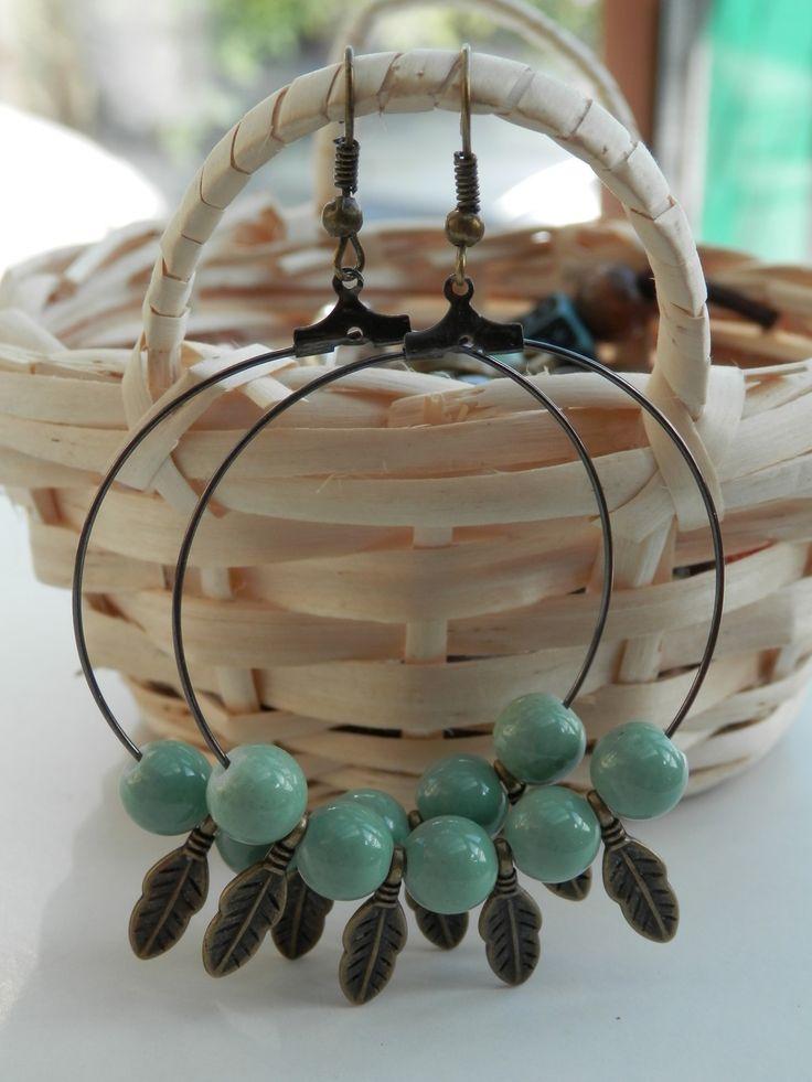 Boucles d'oreilles grandes créoles, perles de verre vert jade et ses petites plumes bronze : Boucles d'oreille par motus-et-bouche-cousue
