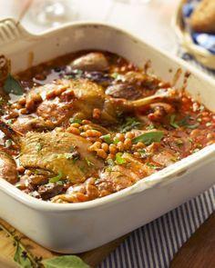 800 g kipfilet, in stukken 3 paprika's, in repen, groen, rood, geel 400 g tomatenblokjes 2 uien, fijngesnipperd 4 teentjes knoflook, fijngesnipperd 1 glas witte wijn 2 el olijfolie 2 el oregano 3 takjes dragon peper en zout BEREIDING  Verhit de olijfolie in een pan en stoof de ui met de knoflook aan. Roerbak enkele minuten. Voeg de stukken kip toe en bak mee goudbruin. Blus de kip met de wijn en kruid met peper en zout. Voeg er de tomatenblokjes, de paprika's en oregano aan toe en laat nog…