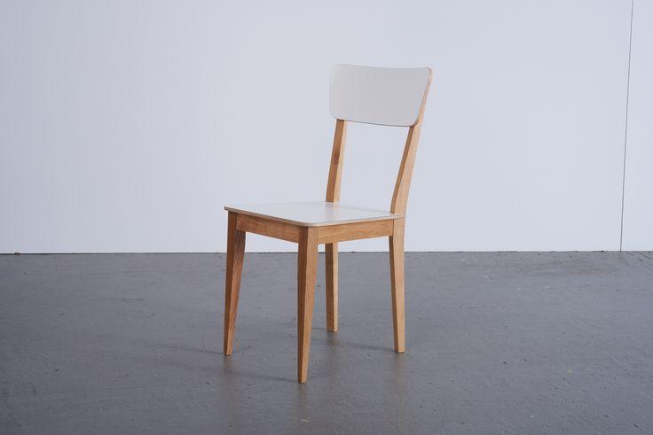 BELUGA STUHL - Hamburgs schönste Plätze.  In Sachen schlichter Eleganz steht der BELUGA Stuhl der Bank in nichts nach. Dank seiner komfortablen Lehne kann er trotz der Konkurrenz auch ganz entspannt bleiben. Er hat einfach das Zeug zum Lieblingsplatz.  Sitzfläche + Lehne: Multiplexplatte mit kratz- und abriebfester HPL-Oberfläche Beine: geölte Eiche Maße: Sitzhöhe ca. 44, Breite 41. Höhe 86, Tiefe 54cm