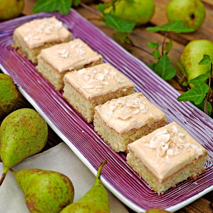 Šťavnatý koláč s hruškami a kokos na vrchole.