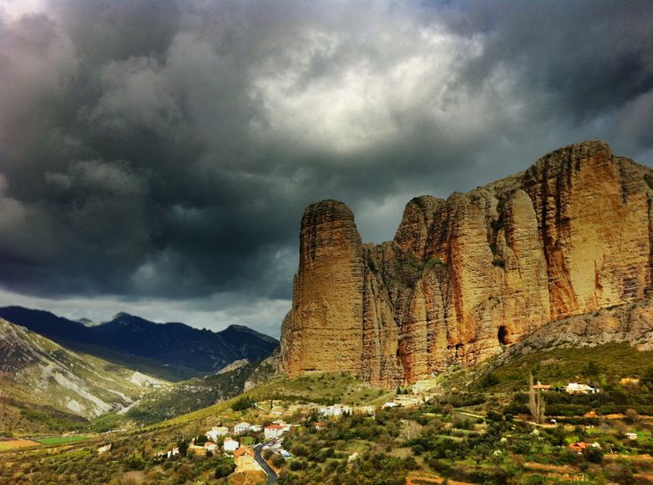 Farellones de rocas gigantes o Mallos Riglos en las sierras del Prepirineo, Huesca, España