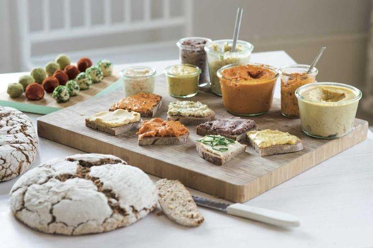 Nichts geht über eine Scheibe Brot mit einem tollen Aufstrich. Ob Hummus, Auberginencreme oder Paté: Diese veganen Aufstrich-Rezepte können Sie sich schmecken lassen. Probieren Sie es aus!