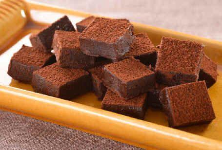 <料理サプリ>生チョコ 材料を混ぜるだけで作れる手軽なスイーツ。熱した生クリームと水あめを加えてやわらかく固めることで、繊細な口溶けに仕上がります。水あめがなければはちみつでも代用できます。