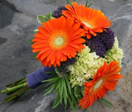 Невесты роз, букет из больших оранжевых ромашек фото