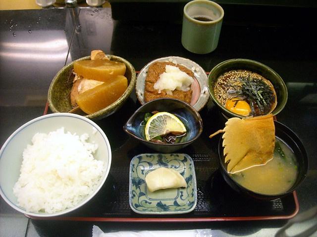 宇和島@西新橋  鯛めし 900円  鯛めしセット1200円  鯛の刺身を特製のしょうゆだれと生卵で混ぜてご飯にかけて食べる。めちゃうま。