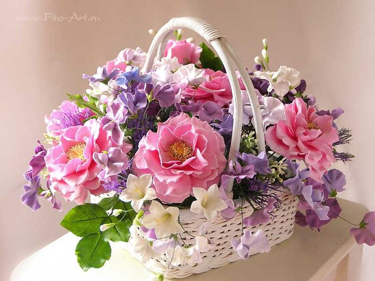 Букет с розовыми розами в корзинке. Цветы из полимерной глины. Екатерина Звержанская.
