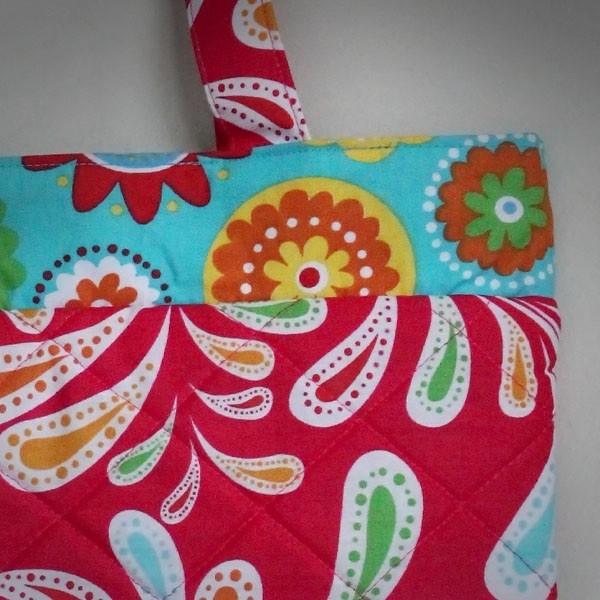 Tas Wanita santai yang cantik. Dapat digunakan disetiap acara santai Anda. Dilengkapi dompet koin bermotif senada dengan tas.