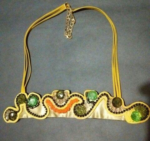 Collar verde amarillo satín