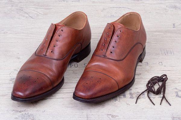 Vor der Schuhpflege immer die Schnürsenkel herausnehmen