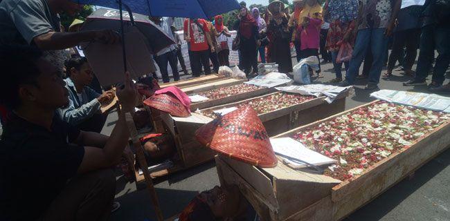 Aksi Kubur Diri Lima petani Telukjambe melakukan aksi kubur diri di depan Istana Merdeka, Jakarta, Selasa (25/4). Aksi tersebut dilakukan untuk mendapatkan perhatian pemerintah terkait konflik agraria di Telukjambe, Karawang, Jawa Barat, yang mereka alami. PUTU WAHYU RAMA/RM