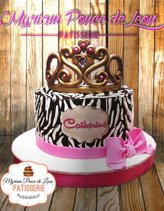 Cake en animal print con tiara  y moño de azucar