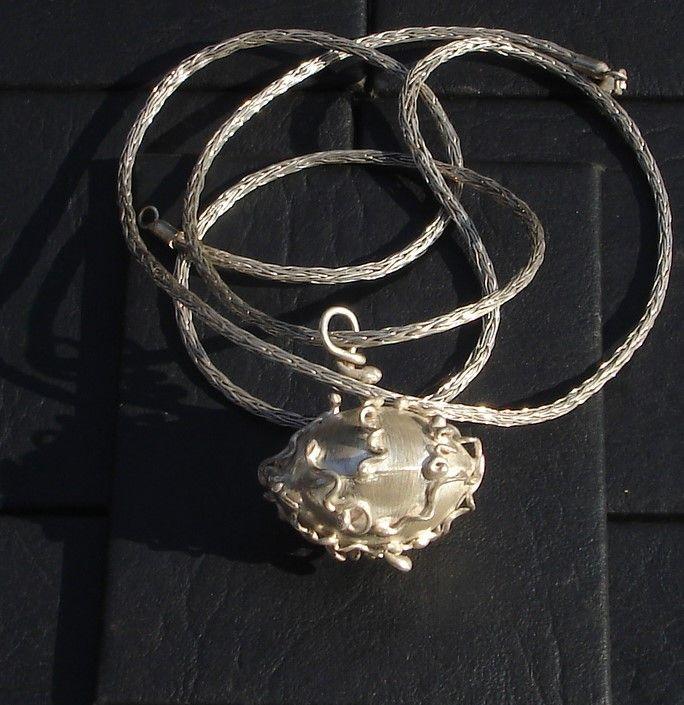 Mundo Vibora, trabajo realizado en plata 925, hueco. Su cadena esta tejida en plata 999 con aguja de crochet y un telar tubular.