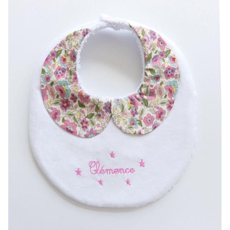 Les petites filles seront élégantes avec ce bavoir personnalisé muni d'un col claudine. Pour un cadeau de naissance original, le prénom sera brodé.