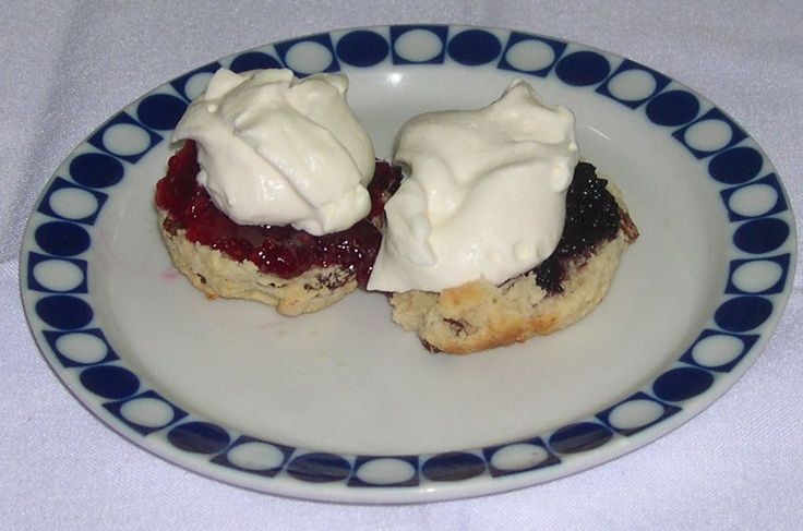 Scones ingleses con mermelada de fresa casera y nata
