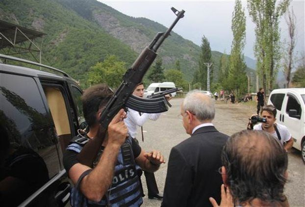 Πυρά δέχτηκε ο ηγέτης της αξιωματικής αντιπολίτευσης στην Τουρκία