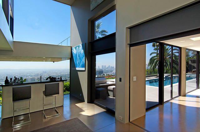 #интересное  Особняк Ричарда Гира (13 фото)   Популярный голливудский актер Ричард Гир является владельцем элегантной виллы, расположенной на холме с видом на деловой центр Лос-Анджелеса. Дизайнеры интерьера особняка очень постарались, чтобы передать дух Калиф�