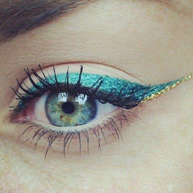 Duo d'eye liner turquoise et or pour un regard pétillant mais doux. D'autres modèles de maquillage avec de l'eye liner de couleur sur aufeminin.