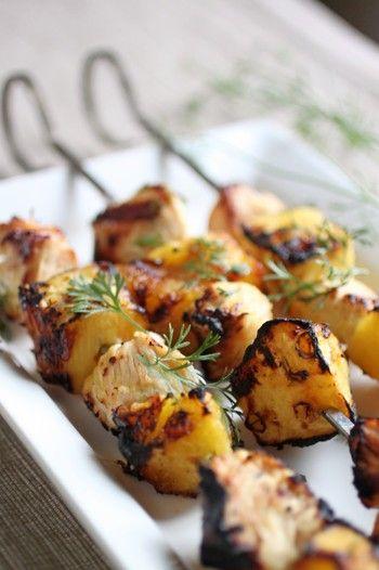 夏に食べたいトロピカルなハワイアンチキンケバブ。パイナップルの甘味と酸味がスパイシーな鶏肉とよく合う、華やかなメニューです♪
