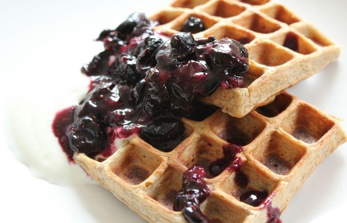Gezonde wafels: Een super simpel recept om gezonde wafels te maken. Heerlijk met yoghurt en warme bessen als ontbijt of lunch.