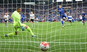 Jamie Vardy of Leicester City converts a  penalty to score his team's third goal past Everton's Joel Robles