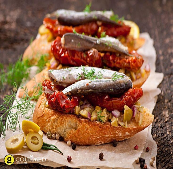 Καλοκαιρινές μπρουσκέτες με γαύρο μαρινάτο και ημίλιαστες ντομάτες - gourmed.gr
