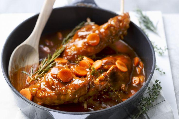 stoofpot - konijnenbouten, uien, ... - Kruid het vlees met peper en zout. Kleur kort aan in de olie en haal uit de pan.
