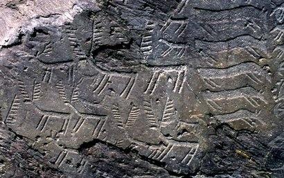 """Con la denominazione """"Massi di Cemmo"""", dal nome dell'omonima frazione sita poco a Nord del comune di Capo di Ponte (BS), a circa 400 m/s.l.m., sono indicati due grandi massi staccatisi a seguito di una frana dall'alta parete rocciosa che chiude lungo il lato Nord-Ovest la piccola valle di origine glaciale chiamata Pian delle Greppe. Così li trovarono gli antichi uomini della Valle Camonica, quando decisero di inciderli nel corso dell'età del Rame (III millennio a.C.)."""
