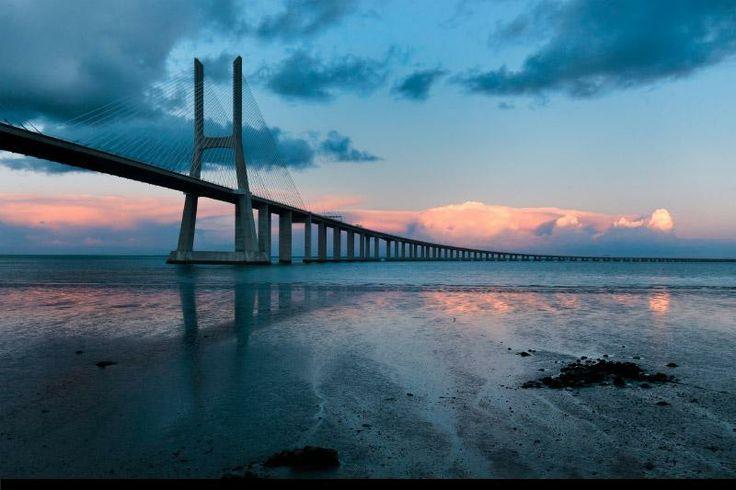 Puente Vasco da Gama. El puente más largo de Europa, del cual gran parte se encuentra sobre el estuario del Tajo y muy próximo al parque natural del mismo.