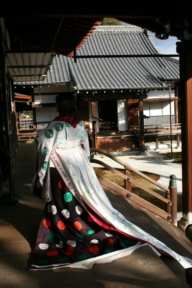 A woman dressed in junihitoe with a hosonaga jacket.