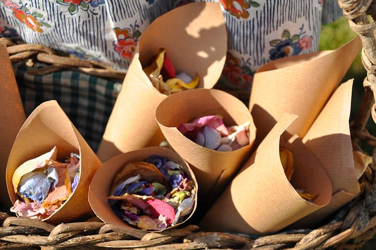 Confetti with flower petals in paper cones. Lanciate petali invece del riso. Petali di fiori in coni di carta per un matrimonio fai da te, rustico, all'aperto. Inspiration for a homespun, homemade, rustic, festival style wedding